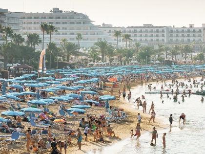 К счастью, полежать на пляже и покупаться не стоит ничего //  Shutterstock