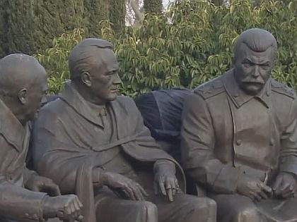 Памятник Сталину, Рузвельту и Черчиллю в Крыму // кадр Youtube.com