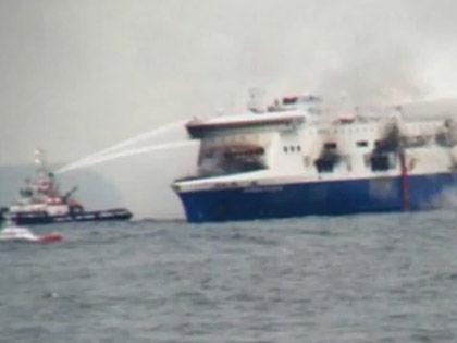 149 человек ожидают спасения на борту горящего парома Norman Atlantic в Ионическом море // Кадр Youtube