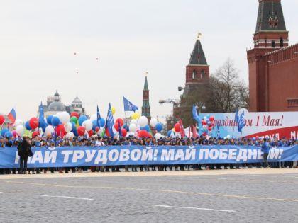 По различным оценкам, в праздничном шествии профсоюзов приняли участие от 50 до 140 тыс. человек // Александр Алешкин / «Собеседник»