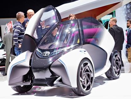 Двери Toyota i-TRIL лишены ручек и при открытии поднимаются, напоминая крылья бабочки. На стоянке распахнутый i-TRIL занимает не больше места, чем обычный автомобиль // Petr Mlch / Global Look Press