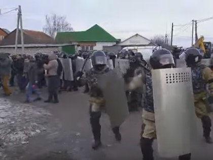 Под Тулой массовые волнения из-за врезки в газопровод // Стоп-кадр из передачи на YouTube