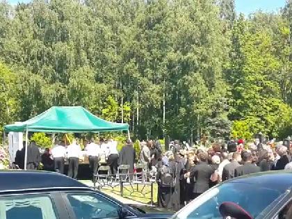 Поклонников пустили к могиле певицы после того, как с кладбища уехали ее близкие и родные // Кадр YouTube