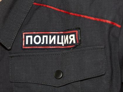 Прибывшие на место происшествия полицейские накрыли труп простыней и уехали // Nikolay Gyngazov / Russian Look