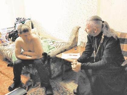 При виде батюшки алиментщики становятся покладистее // пресс-служба УФССП России по Омской области