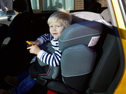По закону ребенок младше 12 лет не должен находиться в машине без ДДУ // архив редакции