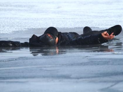 Местный житель не побоялся ледяной воды, чтобы спасти ребенка // Zamir Usmanov / Russian Look