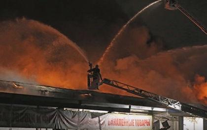 Пожарные полтора часа искали очаг возгорания на складе в Москве // Стопкадр YouTube