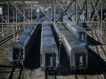 Подросток пытался залезть на крышу поезда, который стоял на отстойном пути // Russian Look