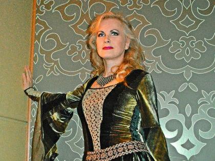 Виновница торжества с царственной осанкой, высокой прической и в роскошном бархатном туалете выглядела королевой бала // Фото автора