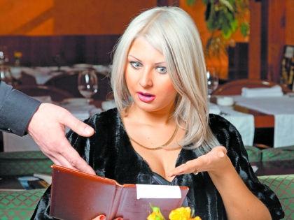 Женщина смотрит чек // Shutterstock