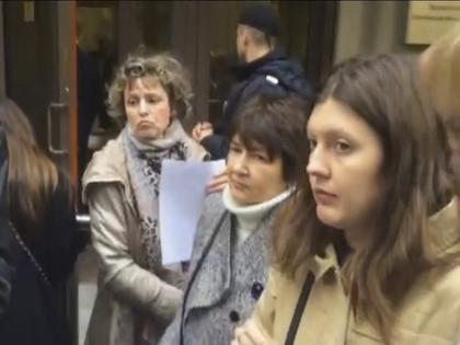 Противники инициативы мэра решили искать справедливости в Администрации президента и стихийным маршем направились в приемную на Ильинке // Стоп-кадр YouTube