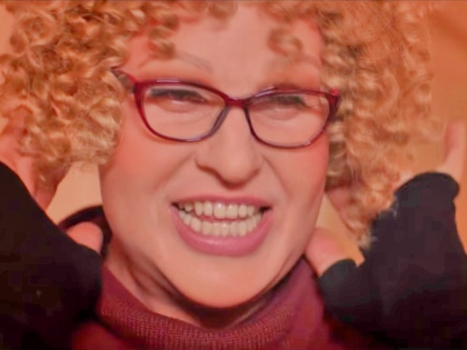 Александр Ревва по своей роли переодевается то в сумасшедшую женщину «в самом соку», то в не менее сумасшедшую бабулю // Стоп-кадр YouTube
