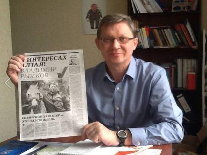 Владимир Рыжков со своим оригинальным фото в газете // Facebook Рыжкова