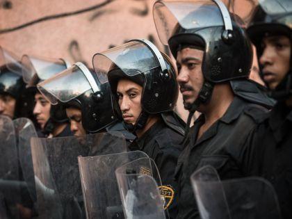 Полиция возле каирского морга, куда доставят тела погибших в ЧП // Global Look Press