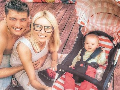 Элина Камирен с Александром Задойновым и дочерью Сашей // Instagram