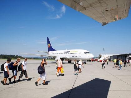 Туристы, направляющиеся к самолету // Global Look