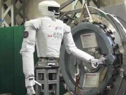 Разрабатываемый боевой робот-андроид является родственной моделью российского робота-космонавта SAR-400 // Кадр: Youtube