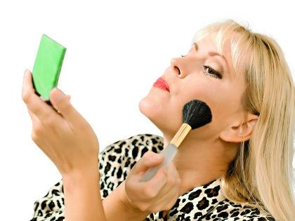 С приходом зрелости к подбору макияжа надо относиться более щепетильно // Shutterstock