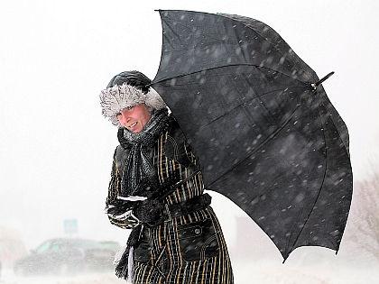 Женщина с зонтом // Shutterstock