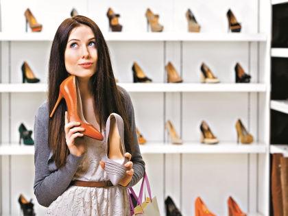 Подбирая очередную пару туфель, не спешите к кассе // Shutterstock