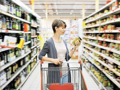Новый обвал курса рубля заставляет россиян тратить все больше денег на продукты // Shutterstock