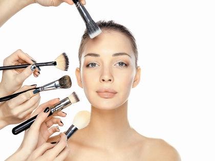 Тональный крем должен не только выравнивать цвет лица, но и защищать от холода // Shutterstock