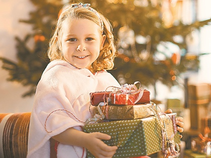 Что касается индивидуальных подарков, то нужно в первую очередь учитывать возраст ребенка // Shutterstock