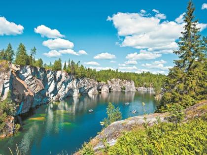 «Рускеала» – единственный в России горный парк Северного Приладожья, а Мраморный каньон – его жемчужина // Shutterstock