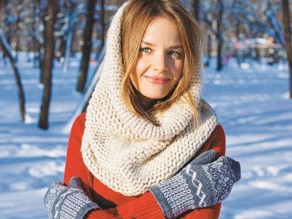 Март часто бывает по-зимнему холодным, поэтому снуд – очень полезная вещица // Shutterstock