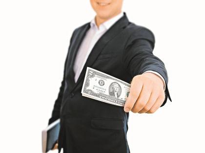 Чиновник возмущен тем, что руководство не дает ему полноценно отрабатывать свою зарплату // Shutterstock
