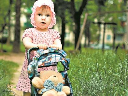 Малыш с удовольствием будет брать любимую игрушку на прогулку, катать в коляске, кормить с ложечки, наряжать в красивую одежду, обнимать и рассказывать ей удивительные истории // Shutterstock
