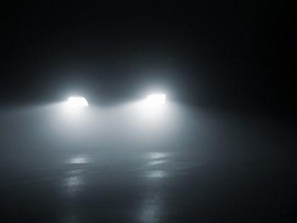 Яркий свет фар может стать причиной ДТП // Shutterstock