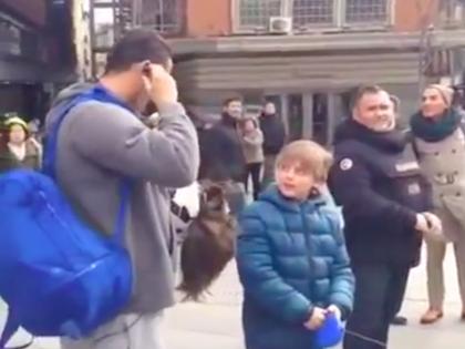Роналду обнялся с мальчиком и подарил ему мяч с автографом // Кадр из Youtube