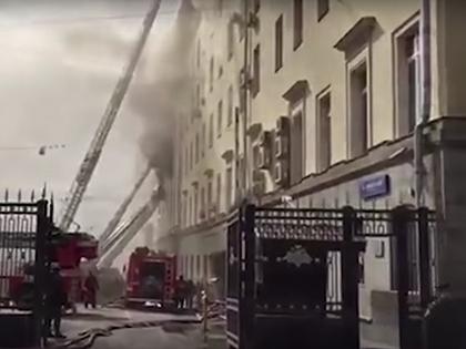 В здании Минобороны горят три этажа // Стоп-кадр YouTube