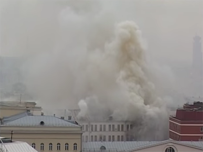 Здание Минобороны до сих пор горит в Москве // Стоп-кадр YouTube