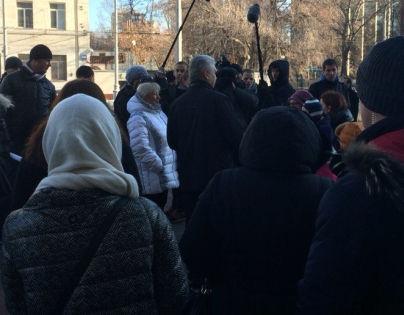 Собянин в окружении охранников и журналистов проверяет тротуары на Новослободской улице // Sobesednik.ru