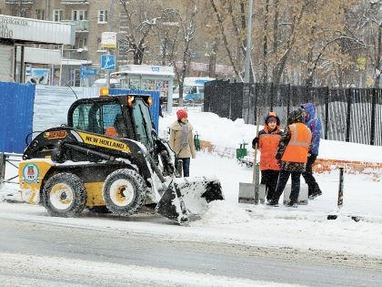 Из-за рекордных снегопадов снегоуборочная техника не всегда успевает расчищать дороги // Андрей Струнин / «Собеседник»