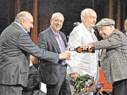 Победителей поздравляли просто: вином в пластиковых стаканчиках. Зато искренне // Андрей Струнин / «Собеседник»