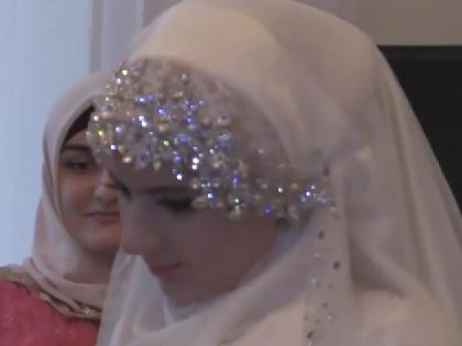 По словам Аси Беловой, невеста была грустна согласно чеченским традициям // Кадр YouTube
