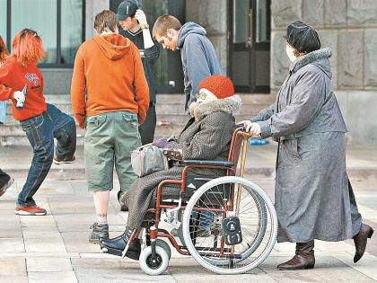 Люди боятся потерять свое здоровье, поэтому агрессивно реагируют на инвалидов, считает психолог // Russian Look