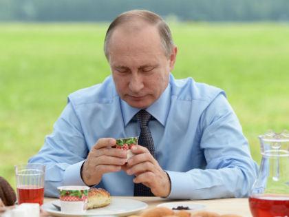 На встрече с народом Путин отведал местного клюквенного напитка и закусил все это фирменным клюквенным йогуртом // ТАСС