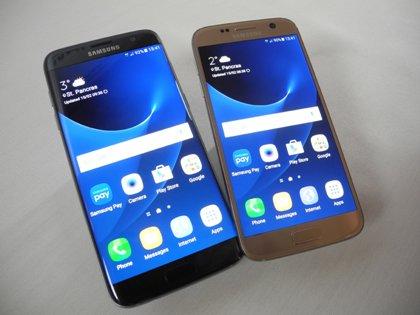 В марте прошлого года флагманы Samsung на российском рынке стоили порядка 60 тыс. рублей, а в 2017 году цены на них упали до 30 тыс. рублей // Teresa Dapp / Global Look Press