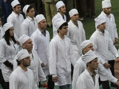 Выпускники медицинских вузов дают врачебную клятву и сейчас //  Николай Титов / Russian Look