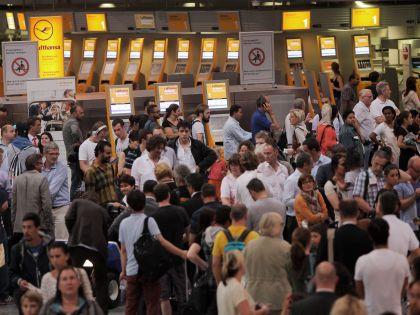 Туристы в аэропорту // Global Look