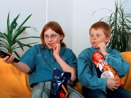 Время у экранов телевизора и компьютера плохо влияет на здоровье костей мальчиков // Global Look Press