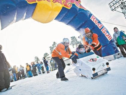 Для участия в гонке некоторые участники модернизировали свои санки // Сообщество фестиваля «Red Bull Сани Удалые» во «Вконтакте»