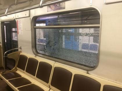 Мужчина разбил окно в поезде, выстрелив из травматического пистолета // УВД на Московском метрополитене