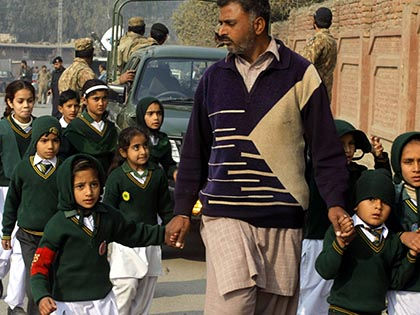 500 детей эвакуированы при захвате школы в Пакистане // Global Look Press