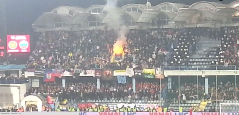 Российские болельщики во время матча, возможно, сожгли флаг НАТО // Кадр Youtube